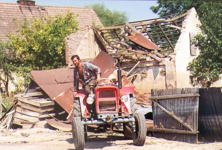 Rozwalanie stodoły Szydłowice