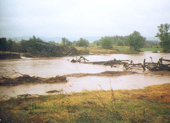 uszkodzony most na rzece Nysa Kłodzka