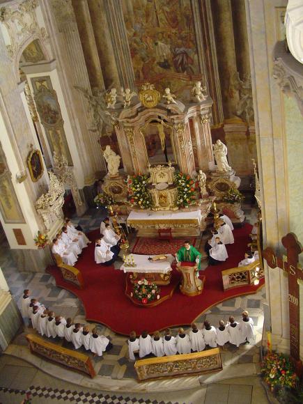wnętrze kościoła Podwyższenia Krzyża Świętego