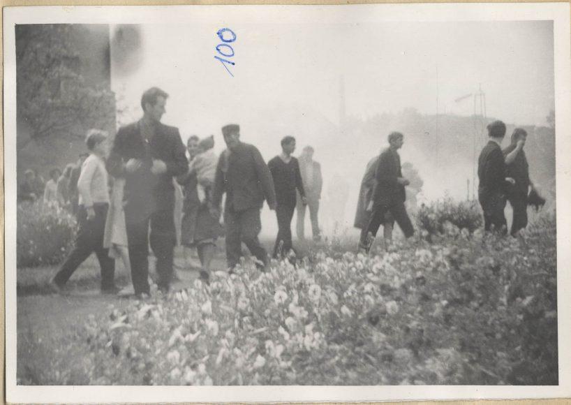 Fot. 5. Ucieczka ludzi przed petardami z gazem łzawiącym.