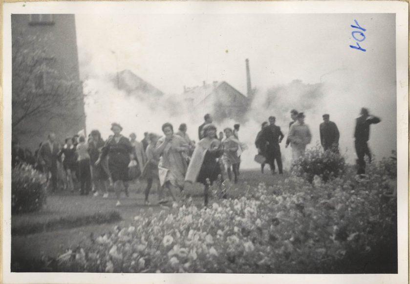 Fot. 6. Ucieczka ludzi przed patardami z gazem łazwiącym