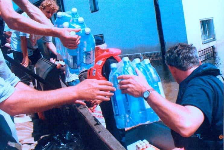 Dostarczenie żywności w Ciepielowicach 14.07.1997 godz.13.40