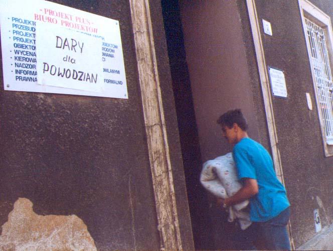 Dostarczenie darów na pl. Zamkowym w Brzegu 15.07.2007