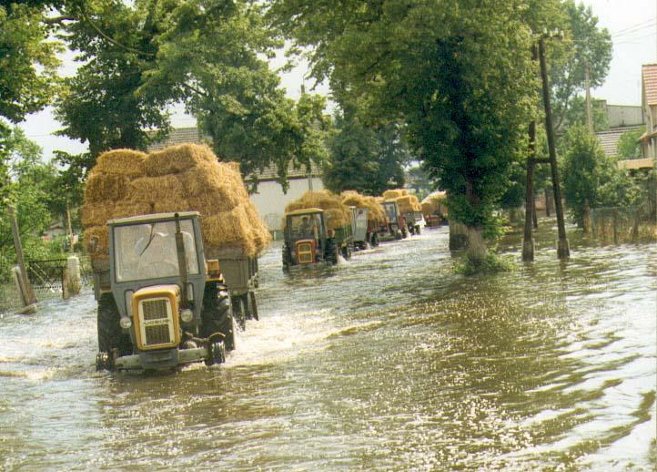 Pomoc rolników z Lipek dla Szydłowic 16.07.1997