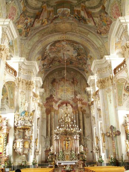 nawa główna kościoła Podwyższenia Krzyża Świętego
