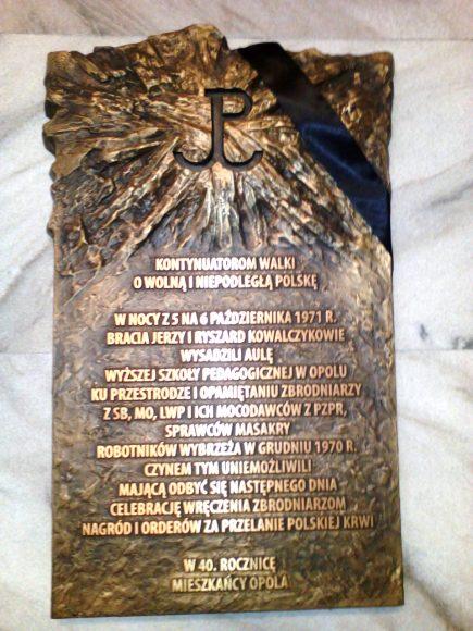 Tablica pamiątkowa poświęcona braciom Kowalczykom w Urzędzie Wojewódzkim w Opolu